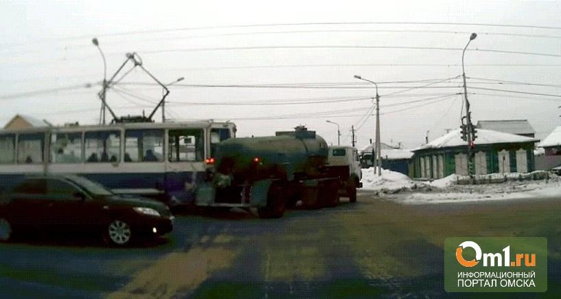 В Омске на Орджоникидзе трамвай протаранил КамАЗ (ВИДЕО)