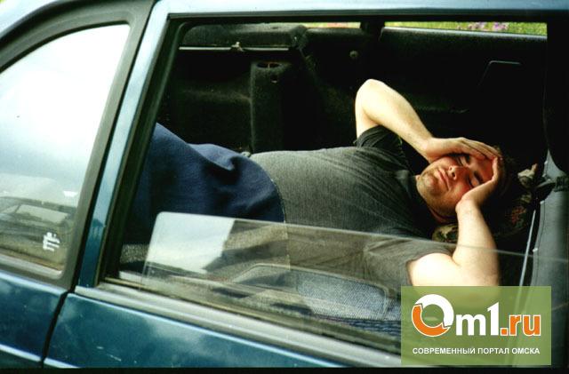 Омич заснул в горящей машине