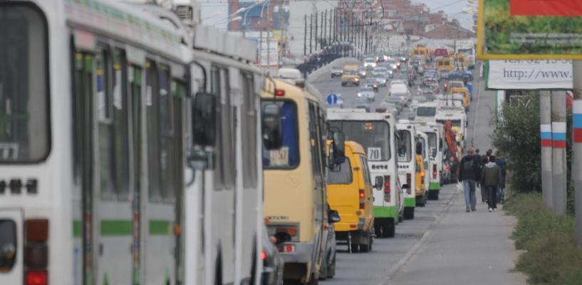Пробки в Омске: из-за аварии у «Арены» движение по Лукашевича оказалось парализовано