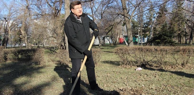 Виктор Назаров и Вячеслав Двораковский приняли участие в общегородском субботнике