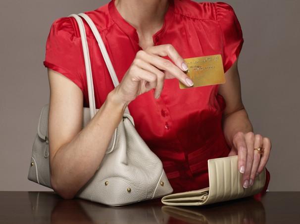 В Омске несовершеннолетние подружки украли у мужчины банковскую карту