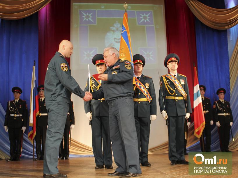 Омским спасателям МЧС торжественно вручили знамя, подаренное Путиным