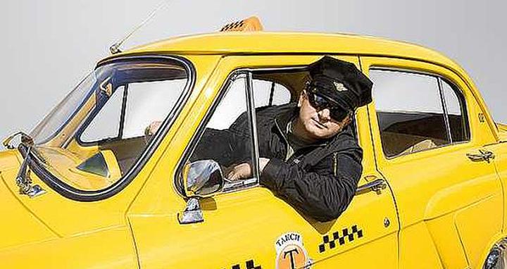 Таксист в Омске украл у пенсионерки сумку с деньгами и телефоном