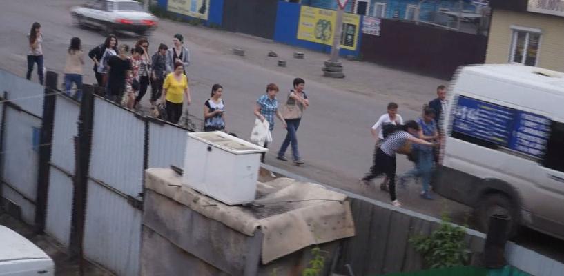 Толпа женщин толкала маршрутку на окраине Омска
