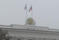 Над зданием Совета министров Крыма установили российский флаг