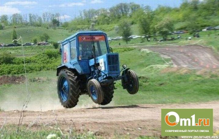 В Омске в Нефтяниках во дворе дома опрокинулся трактор