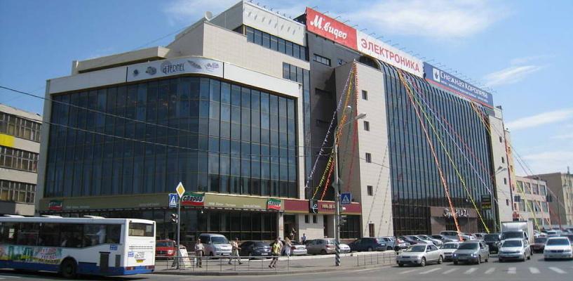 В центре Омска такси с пассажирами провалилось в асфальт