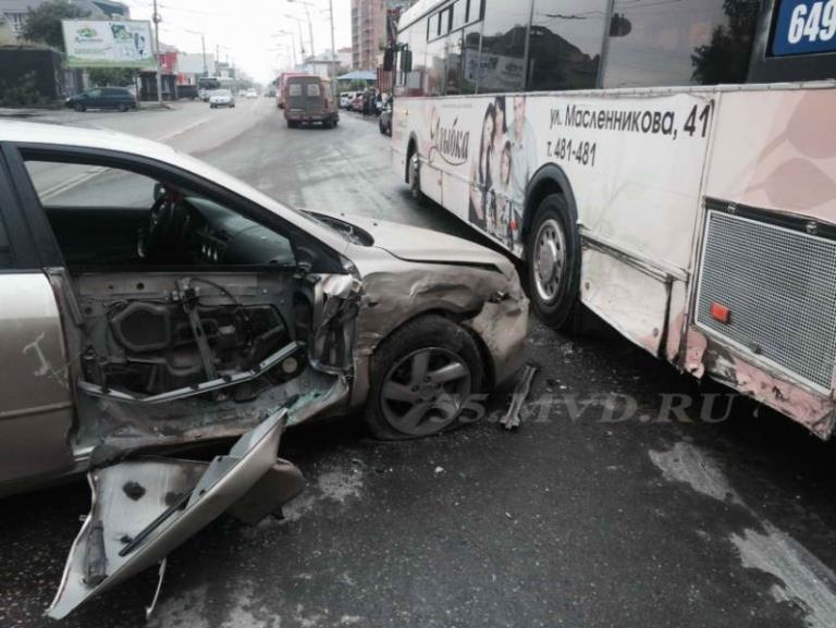 В Омске в аварию попал автобус с 20-ю пассажирами в салоне (фото)