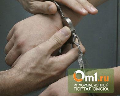 В Омске двое пытались похитить железные решетки с окон здания