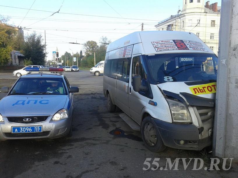 В районе омского «Полета» маршрутка въехала в столб (фото)