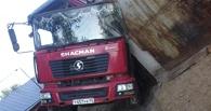 В Омске перевернулся грузовик с песком