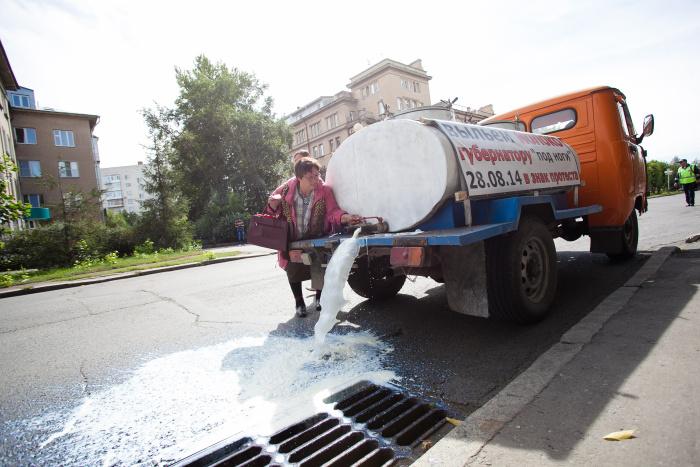 Омские фермеры вылили цистерну молока на глазах у Правительства