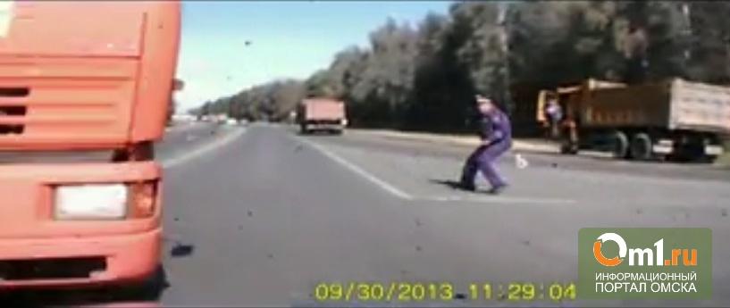 Автолюбитель снял на видео, как он врезается в КаМАЗ на трассе Тюмень-Омск