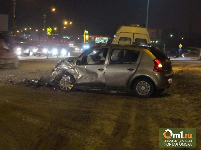 Под Омском автоледи на Renault взрезалась в фуру Volvo