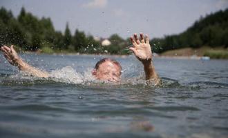 В Омской области на глазах у отдыхающих утонула женщина
