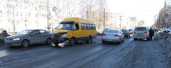 В Омске преподаватель ВУЗа на Nissan врезалась в маршрутку и 2 авто