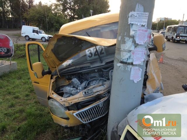В Омске маршрутка врезалась в столб из-за водителя-стажера
