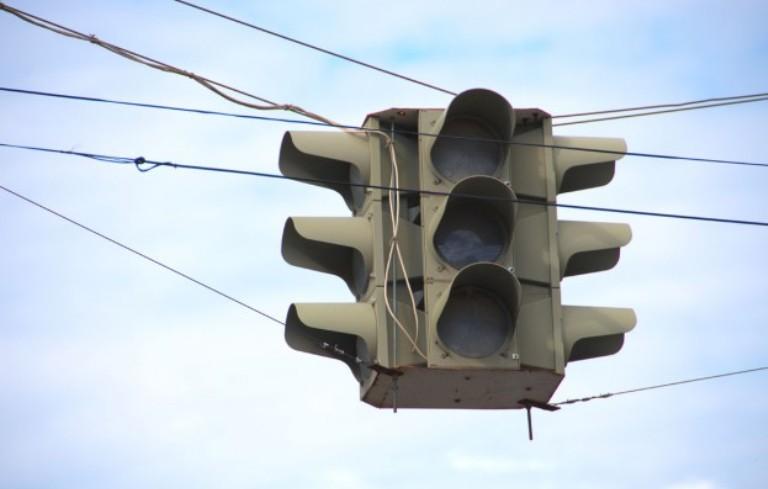 Центр Омска встал в пробках из-за отключения светофоров