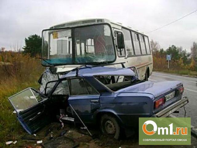 В Омской области ВАЗ въехал в переполненный автобус: пострадал ребенок