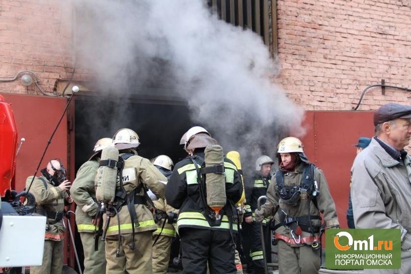 В центре Омска рядом с мэрией горел гаражный бокс