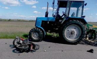 В Омской области трактор сбил сельского байкера