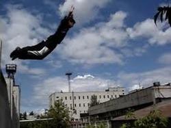 В Омской области пьяный дебошир чуть не спрыгнул с крыши пятиэтажки