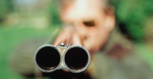 В Омской области мужчина выстрелил в парня, который лез в его дом