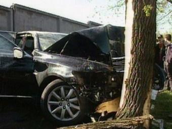 В Омске водитель врезался в дерево и умер