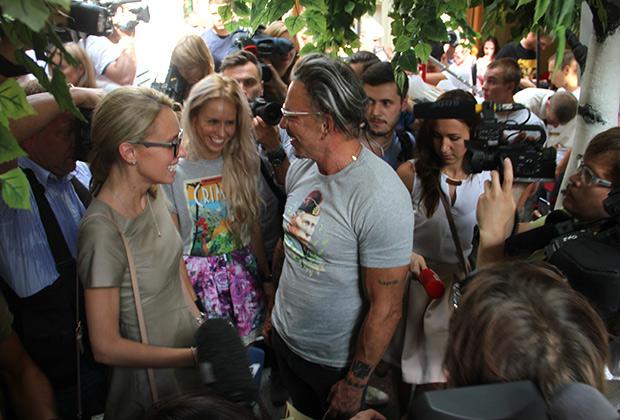 Путин летит в Голливуд: Микки Рурк купил в ГУМе футболку с президентом