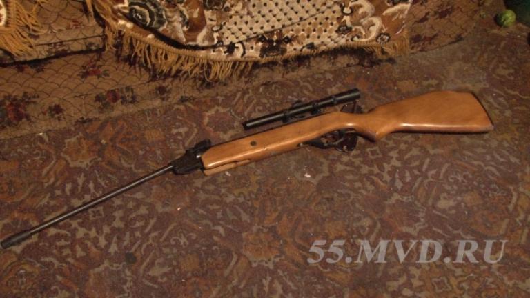 В Омске мужчина, угрожая винтовкой продавцу, ограбил торговый павильон