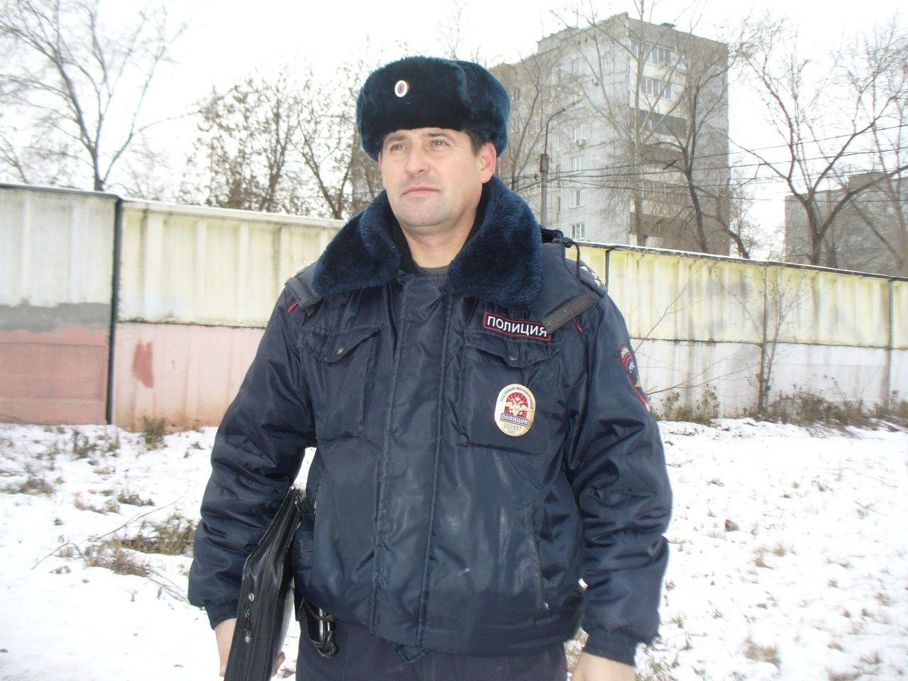 Омский полицейский вызволил застрявших между гаражами щенков при помощи масла иверевки