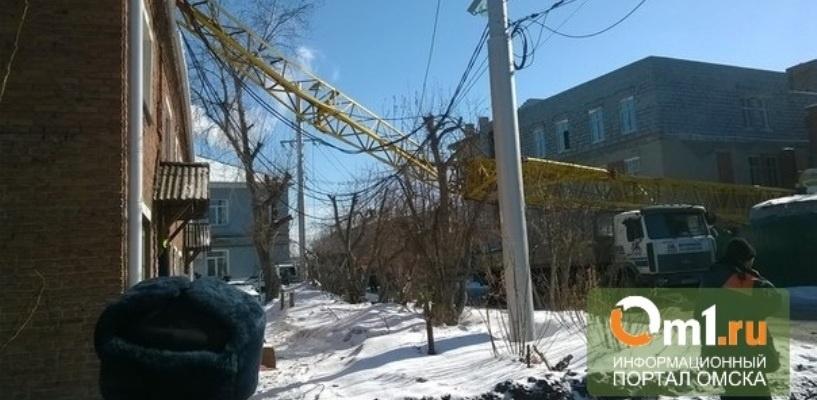 Ущерб от падения крана на жилой дом в Омске составил 50 000 рублей
