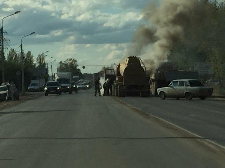 В Омске на проезжей части загорелся бензовоз