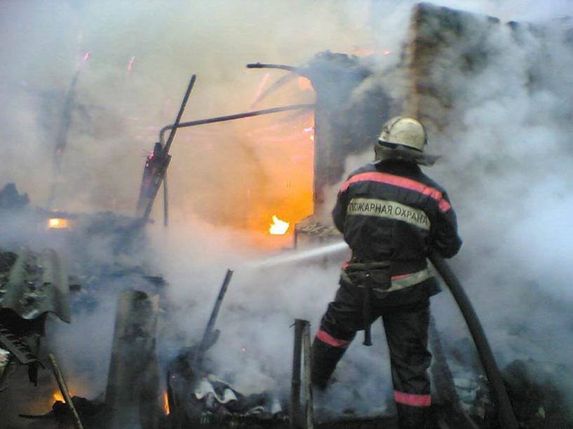 Омич погиб в пожаре на автобусной остановке
