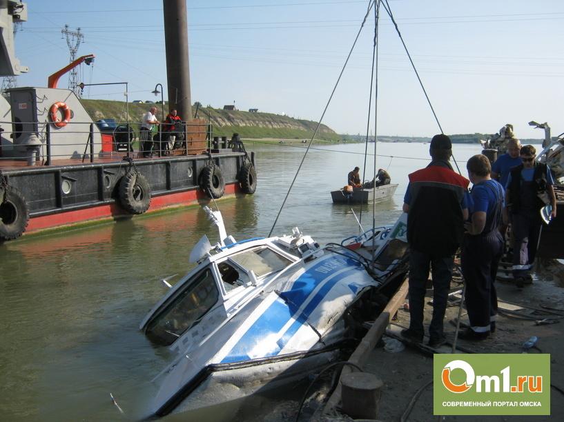 В Омске затонувший теплоход «Полесье-8» подняли со дна Иртыша