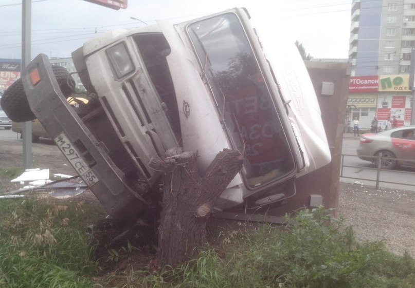 В Омске грузовик без тормозов опрокинулся на улице Лукашевича