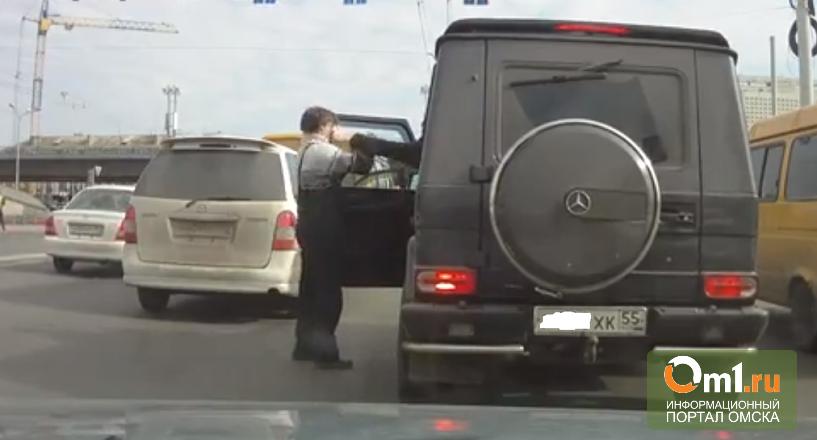 Двое омичей у Метромоста «поиграли» в GTA, устроив мордобой на дороге(ВИДЕО)