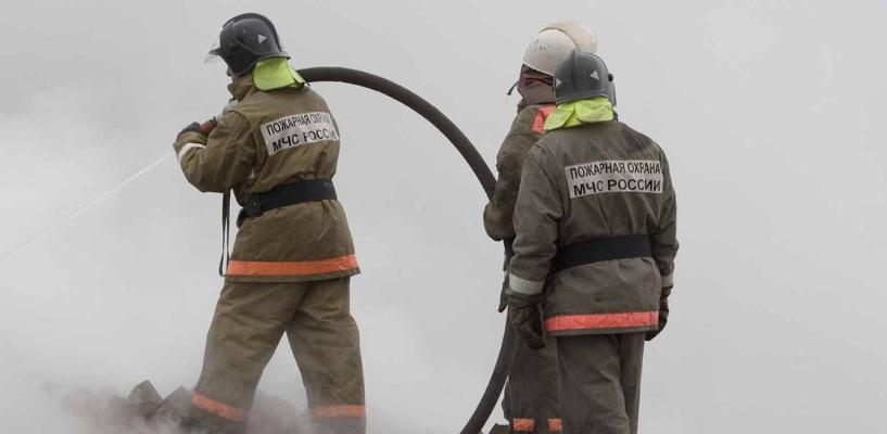 В Омске 15 пожарных тушили горящую квартиру на Арктической