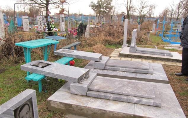 В Омской области пятиклассники устроили погром на кладбище