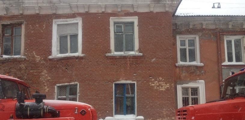 В Омске в аварийном доме рухнула крыша (фото, видео)