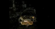 Ночью в Омске горели 2 автомобиля на парковке