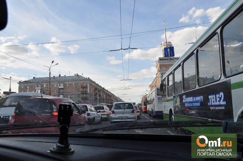 Омичи по-прежнему часами простаивают в пробках на мостах и на Волгоградской