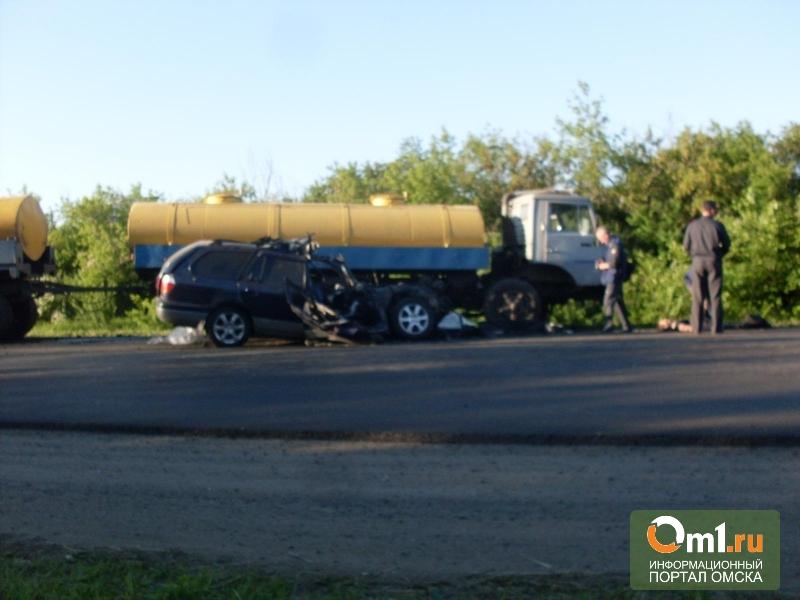 Под Омском Nissan врезался в КаМАЗ с цистернами: погиб водитель легковушки (ФОТО)