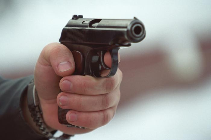 Омич, угрожая пистолетом, украл у студенток 250 рублей