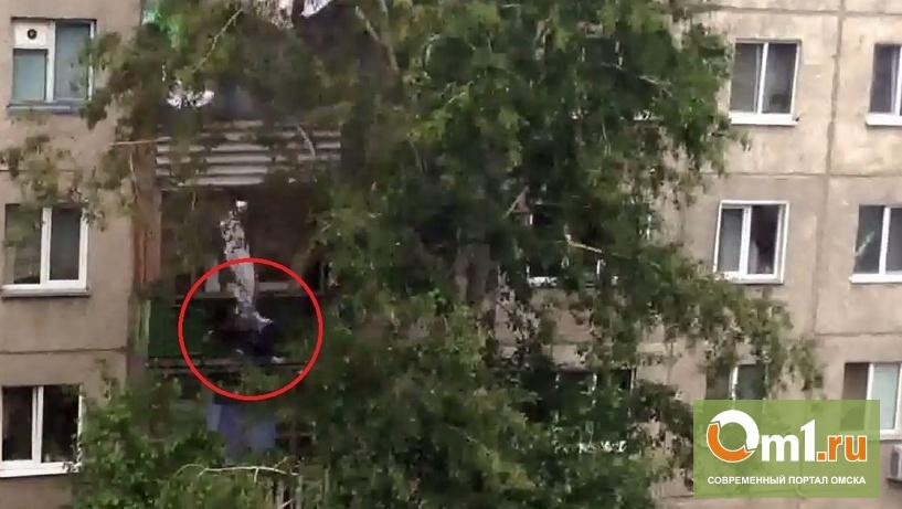 В Омске женщина упала с крыши пятиэтажного дома