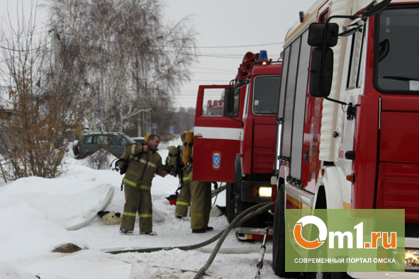 В Омске едва не сгорели сразу три частных дома
