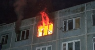 В Омске пожарные спасли человека из горящей квартиры
