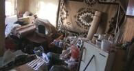 Омичка устроила свалку в своей квартире