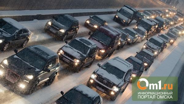 На дорогах Омска перед Новым годом пробки собираются даже днем