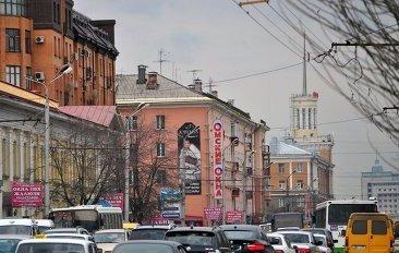 Центр Омска встал в пробках из-за частичного перекрытия Маркса